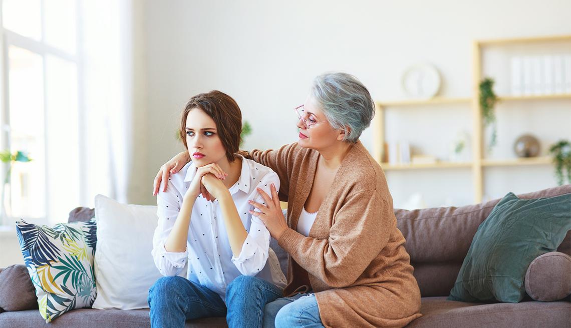 Una madre reconforta a su hija adolescente que parece estresada