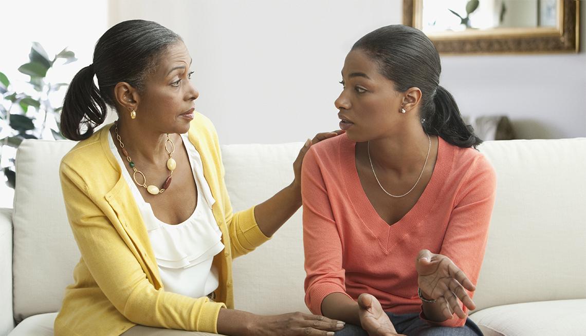 Madre e hija hablan en la sala de su casa
