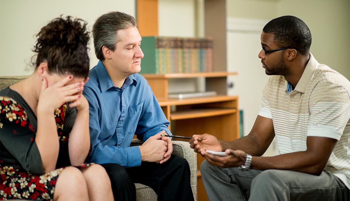 Un hombre y una mujer en terapia de pareja