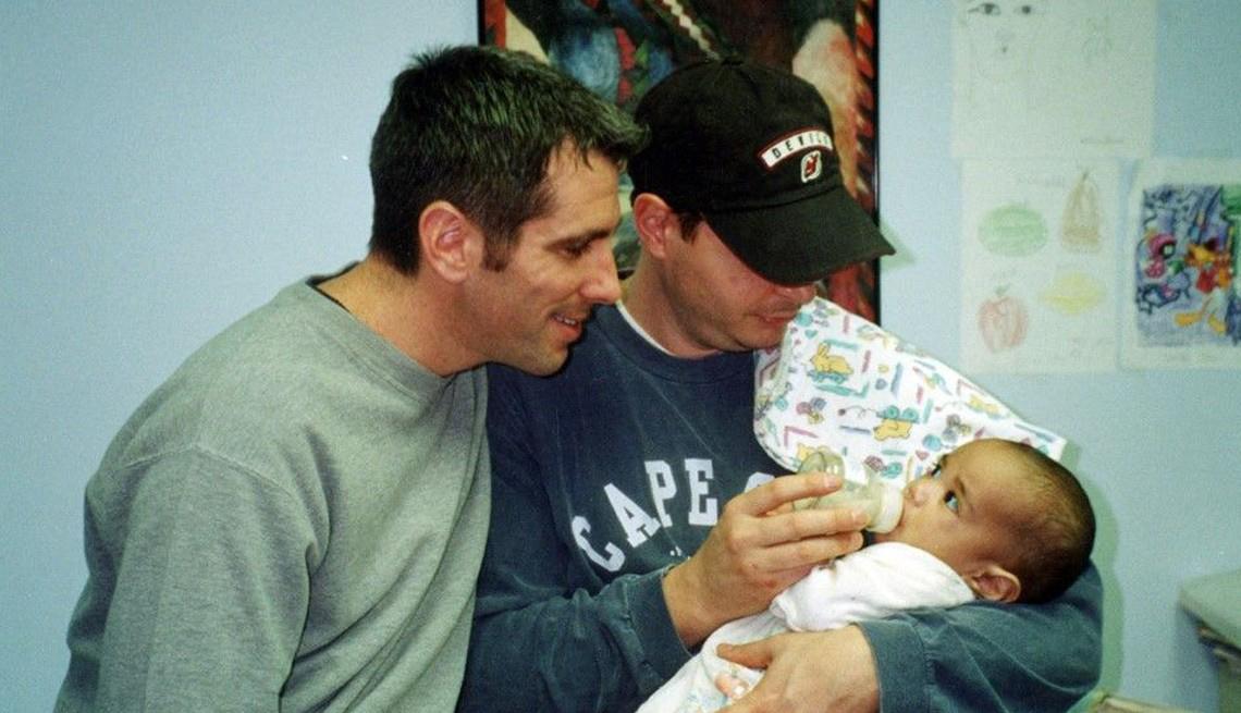Danny Stewart y Peter Mercurio sosteniendo a su hijo Kevin