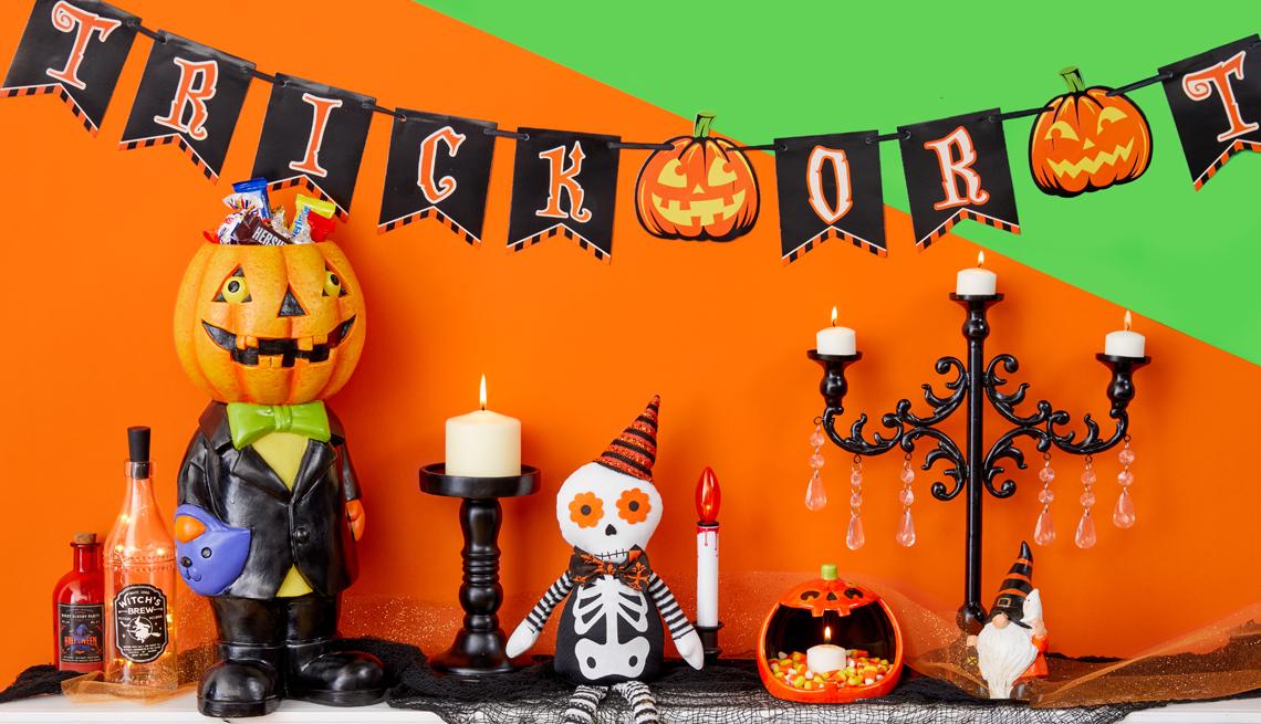 Manta decorada para Halloween con velas y esqueletos