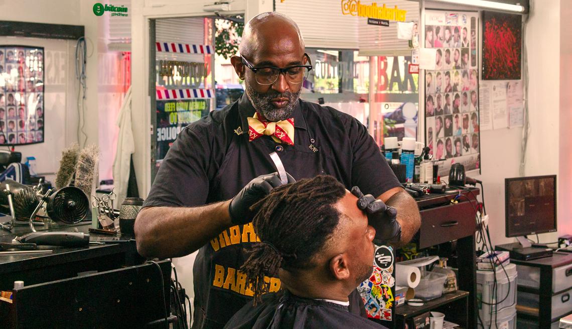 El barbero Waverly Willis atiende a un cliente