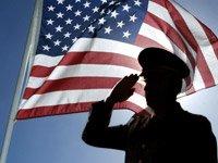 Soldado saludando a la bandera de los Estados Unidos