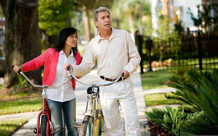 Una pareja madura con bicicletas - Comunidades habitables