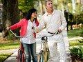 Una pareja madura con bicicletas - Comunidades habitables, Livable communities