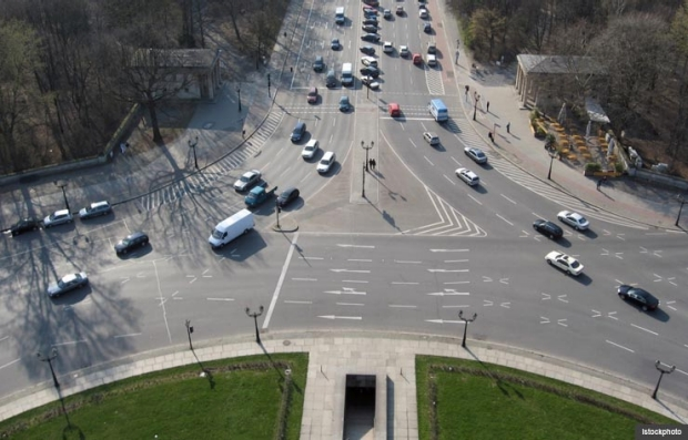 Traffic in roundabout. Challenging driving situations. (Istockphoto)