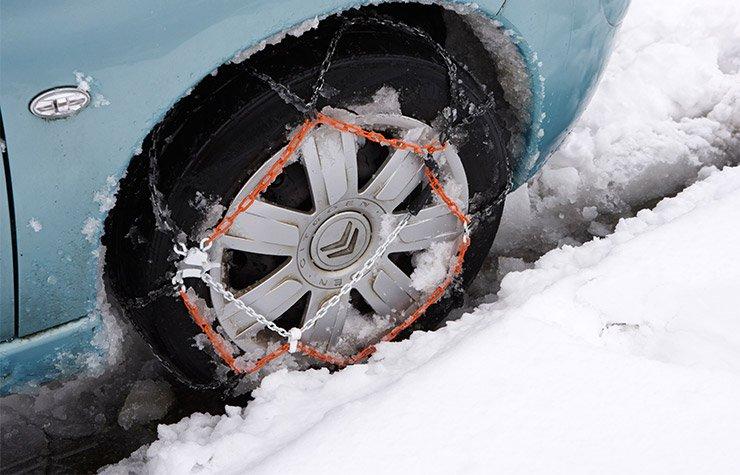 Poner cadenas en los neumáticos en la nieve. Consejos para conducir en invierno.