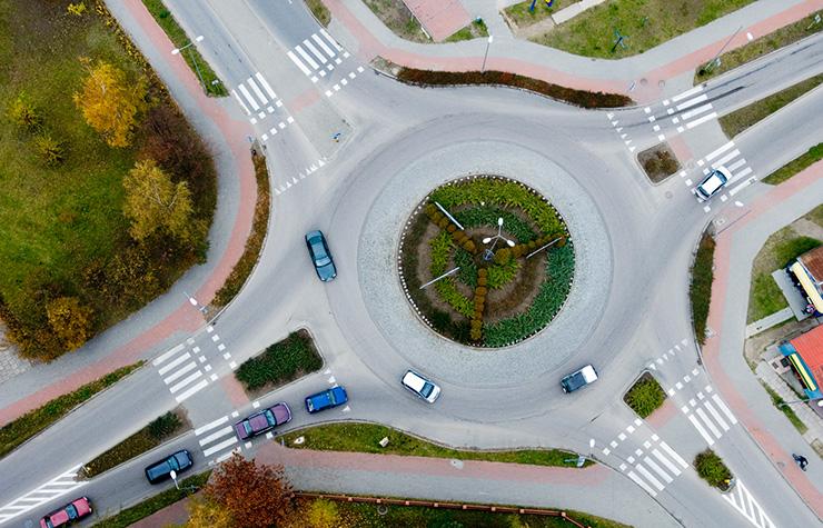 Vista aérea de una rotonda de intersección de calles
