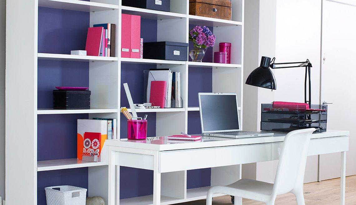 Accesorios imprescindibles para tu oficina en casa - Escritorio de color blanco