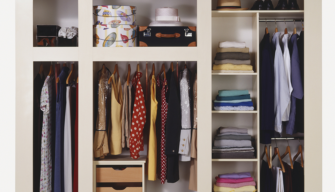 Interior de un armario con ropa organizado