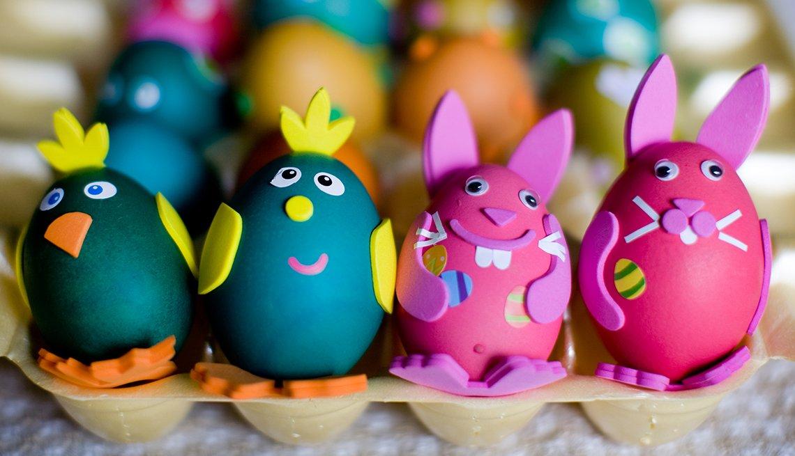Huevos de pascua decorados en varios colores.