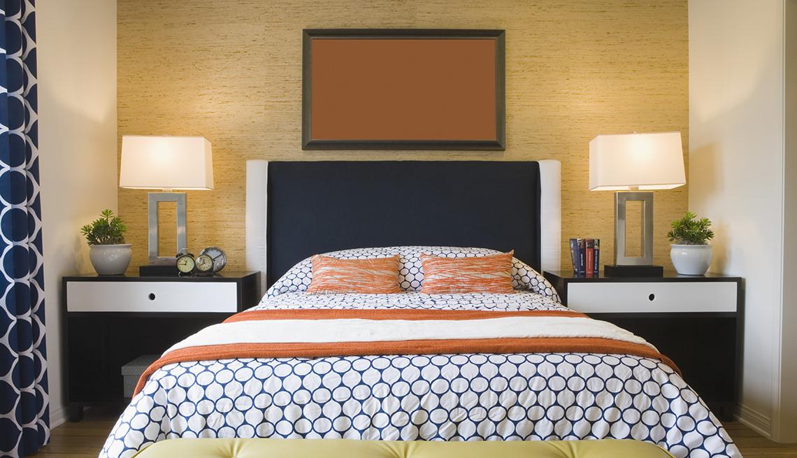 Habitación de hotel moderna con cama y mesas de noche