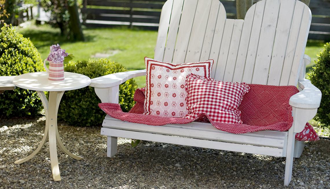 Silla de patio decorada con cojines rojos