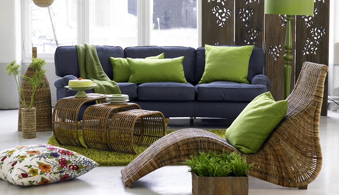 Sala de estar con sillas de mimbre y sofa en colores vivos