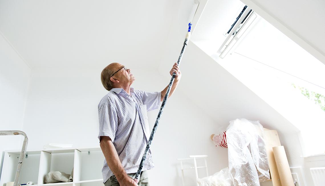 Hombre pintando techo