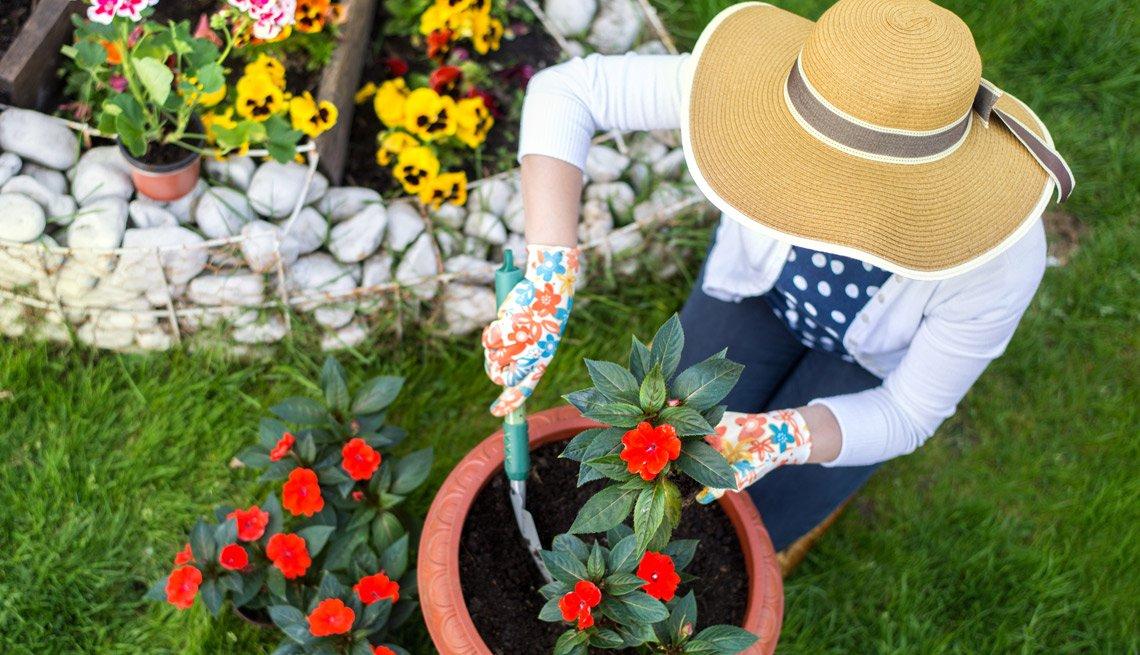 Mujer trabajando en el jardín.