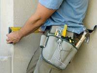 5 consejos para elegir a un contratista - Trabajador de la construcción lleva cinturón de herramientas.