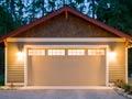 Remodelaciones que le incrementan el valor a su casa - puerta del garaje de una casa