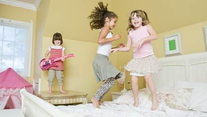 Niñas saltando en una cama - haga espacio para sus nietos