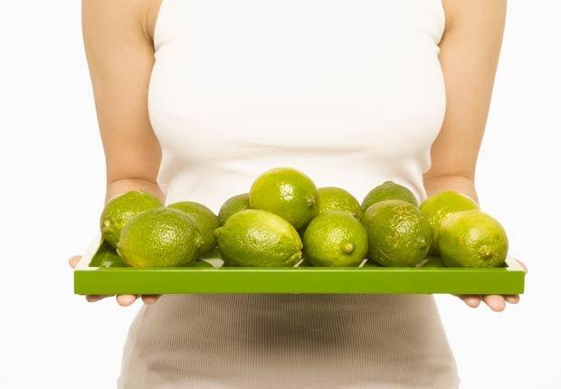 Mujer que sostiene la bandeja de limones, 10 objetos útiles y asequibles para su hogar