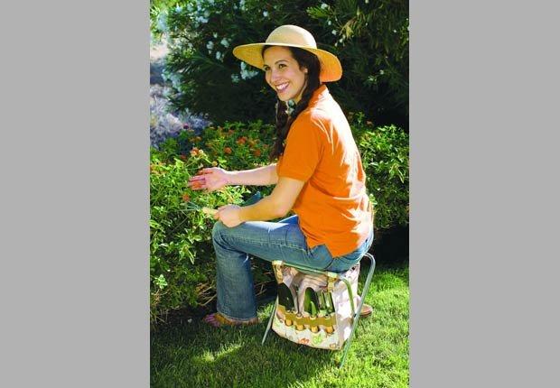 Mujer sentada en una silla de herramienta de jardinería, 10 objetos asequibles