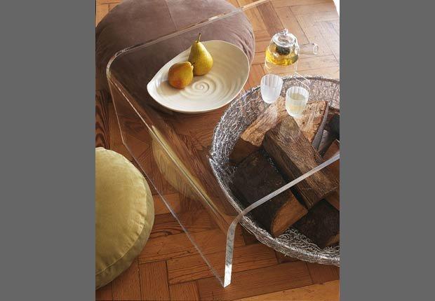 Mesas y muebles transparentes - Decorar espacios pequeños con familias grandes