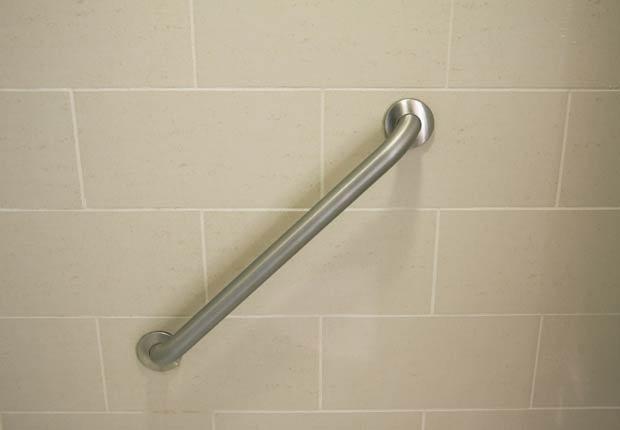 Carril de mano en una bañera, 10 consejos para prevenir accidentes en el hogar