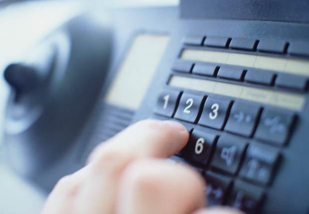 Mano marcar un número en el teléfono, 10 consejos para prevenir accidentes en el hogar