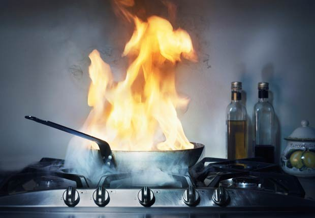Fuego en una sartén en la cocina, 10 consejos para prevenir accidentes en el hogar