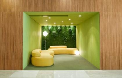 Espacio interior moderno con un jardín vertical