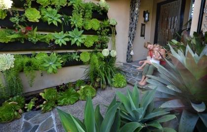 Madre e hija en el espacio al aire libre con un jardín vertical