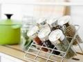 Utilice un estante para organizar sus especias en la cocina - Organice su cocina