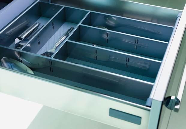 Organizar utensilios con un cajón de los cubiertos ampliable - Organice su cocina