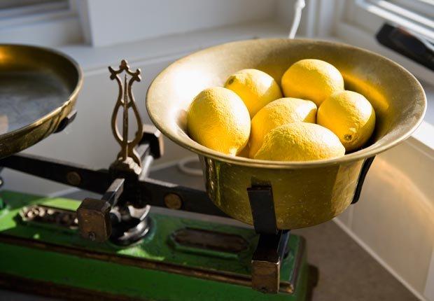Balanza de cocina viejo con limones, Mezcla lo antiguo con lo nuevo