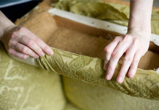 Manos tapizando una silla con tela verde, Mezcla lo antiguo con lo nuevo