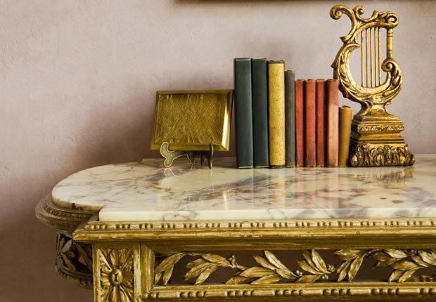 Libros de cubierta de mármol Mesa, Mezcla lo antiguo con lo nuevo
