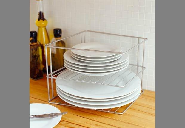 Accesorios para organizar la cocina de su casa aarp for Soporte platos cocina
