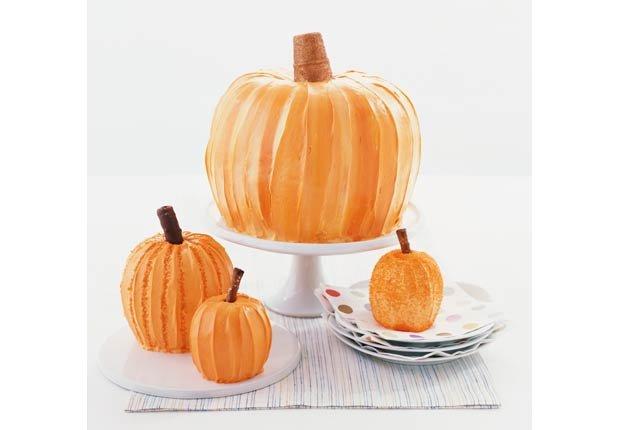 Calabazas de Halloween encima de un soporte de tortas, 10 Ideas de decoración para las próximas vacaciones