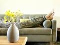 Mujer recostada en un sofá, 3 Ideas para Aplicar el Feng Shui