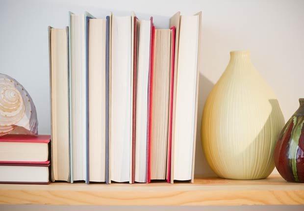 Superponer objetos para crear capas - 6 maneras de decorar estanterías.