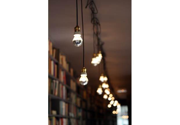 Ilumine sus libros - 6 maneras de decorar estanterías.