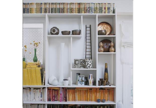pila de libros de forma horizontal y vertical maneras de decorar estanteras