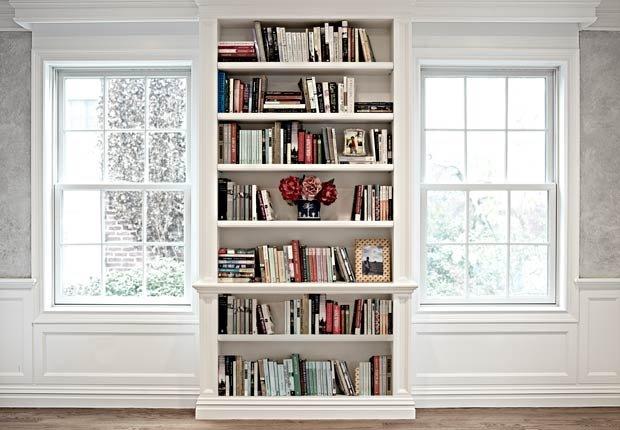 Pila de libros de forma horizontal y vertical - 6 maneras de decorar estanterías.