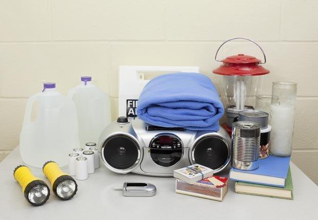 Suministros de emergencia en una mesa, Pasos para preparar su hogar para Huracanes