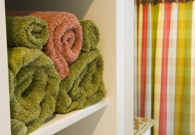 Toallas en un armario - Consejos de decoración para el hogar cuando se esta de vuelta a la escuela