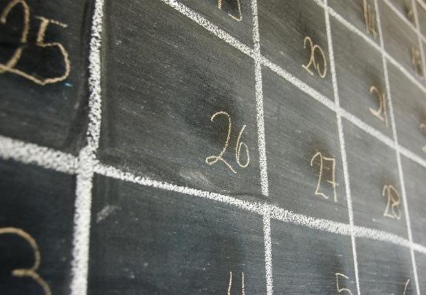 Pizarra con un calendario dibujado - Consejos de decoración para el hogar cuando se esta de vuelta a la escuela