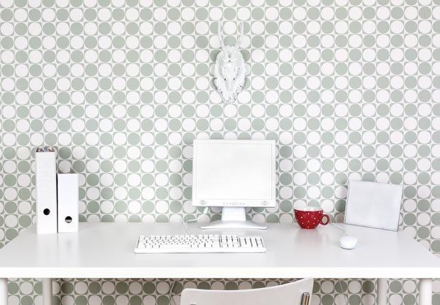 Computador sobre una mesa blanca - Consejos de decoración para el hogar cuando se esta de vuelta a la escuela