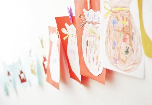 Dibujos colgados de la pared - Consejos de decoración para el hogar cuando se esta de vuelta a la escuela