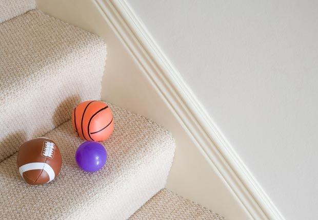 Balones en una escalera de tapete - Consejos de decoración para el hogar cuando se esta de vuelta a la escuela