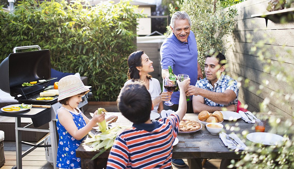 Familia comparte en la mesa – 3 maneras de preparar tu casa para el verano